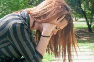 תמונה של בחורה מנסה לבצע שחרור לחץ נפשי
