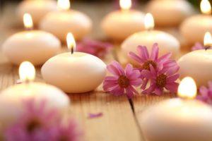 איך למצוא שלווה פנימית עם נרות ופרחים