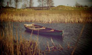 סירה ריקות בנהר